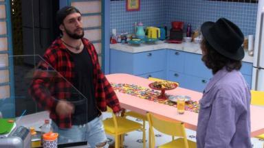Arthur e Fiuk conversando na cozinha do BBB21