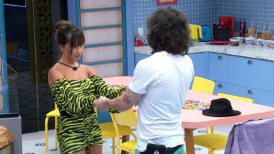 Fiuk e THaís dando as maos na cozinha do bbb21