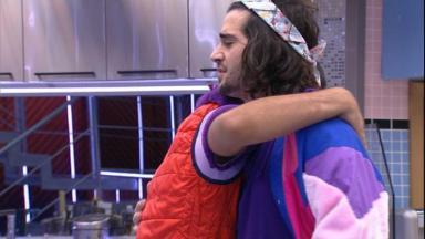 Fiuk e Gilberto se abraçando na cozinha do BBB21