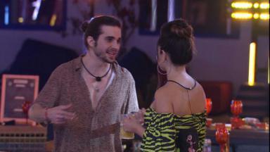 Fiuk está conversando com Juliette (de costas) na festa do BBB21