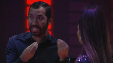 Gilberto gesticulando enquanto conversa com Juliette na festa do BBB21