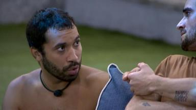 Gilberto está conversando com Fiuk (de costas) na área externa do BBB21