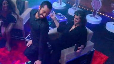 Gilberto rebolando para Fiuk que está sentado em poltrona na festa do BBB21