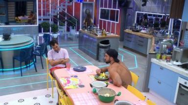 Gilberto e Arthur conversando na cozinha do BBB21