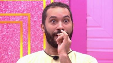 Gilberto olhando assustado