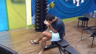 Gilberto chorando sentado na academia do BBB21