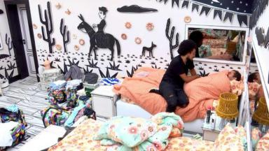 Gilberto chorando sendo consolado por João Luiz no quarto cordel