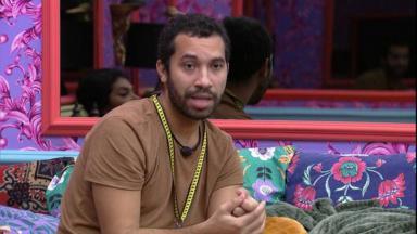 Gilberto sentado durante conversa no quarto colorido
