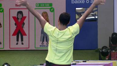 Gilberto de costas com as mãos levantas na prova do líder do BBB21
