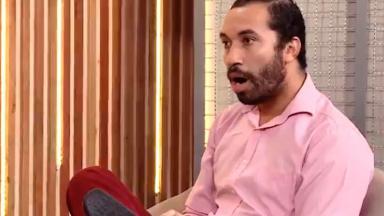 Gilberto com a boca aberta de surpresa ao descobrir informações sobre o BBB21 em entrevista com Ana Clara