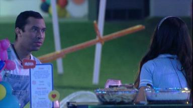 Gilberto e Juliette sentados conversando na festa do BBB21