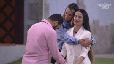 Gilberto, Sarah e Juliette se abraçando emocionados