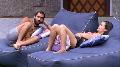 Gilberto conversa com Juliette na área externa do BBB21