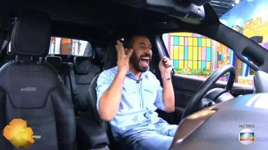 Gilberto comemorando dentro do carro