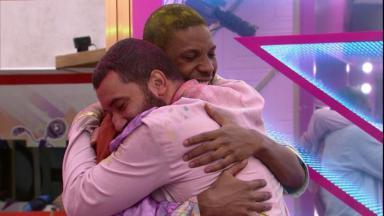 Lucas e Gilberto se abraçam no BBB21