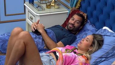 No quarto do líder, Gilberto conversa com Sarah