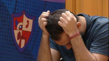 Gilberto chora sozinho na academia