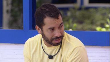 Na área externa, Gilberto conversa com Caio