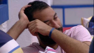 Na área externa, Gilberto limpa o choro