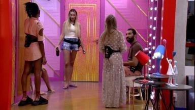 Karol Conká, Sarah Andrade e Carla Diaz observam Gilberto Nogueira