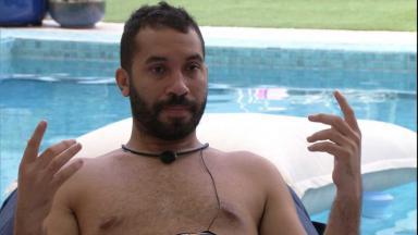 Gilberto está sentado em poltrona à beira da piscina