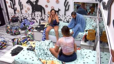 Juliette, Sarah e Gilberto conversando no quarto cordel