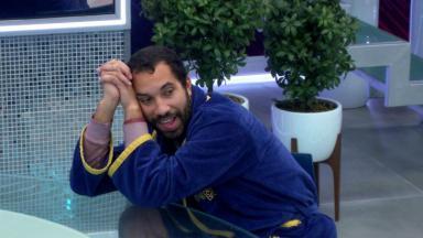 Gilberto está na cozinha do vip  do BBB21