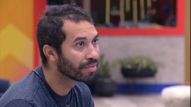 Gilberto chora na sala do BBB21