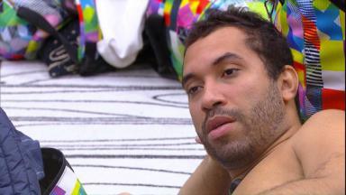 Gilberto está deitado no quarto do BBB21