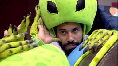 Gilberto está sentado na sala vestido de extraterrestre para o castigo do monstro