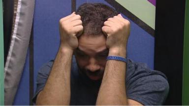 Na despensa, Gilberto chora sozinho