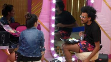 Juliette e João Luiz sentados conversando no camarim