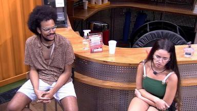 João Luiz e Juliette estão sentados na academia do BBB21