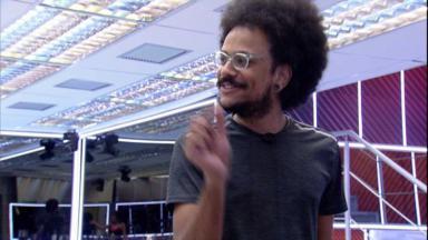 João Luiz gesticulando na cozinha do BBB21