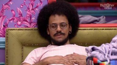 João Luiz deitado na cama do quarto Colorido