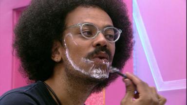 João Luiz faz a barba no banheiro do BBB21