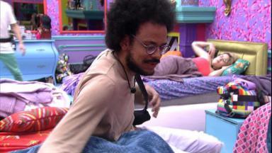 No quarto colorido, João Luiz conversa com Carla Diaz