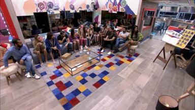 Brothers sentados na sala do BBB21