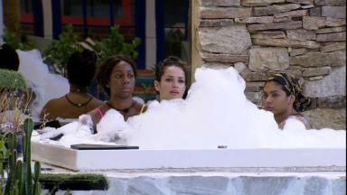 Camilla de Lucas, Juliette e Pocah estão em jacuzzi com espuma no BBB21