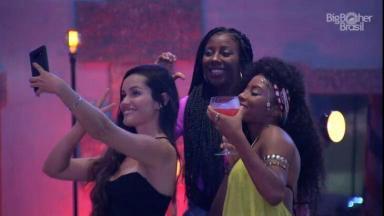 Juliette tirando foto com Lumena e Camilla no BBB21