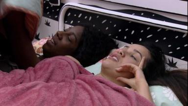 Juliette e Camilla deitadas no quarto cordel