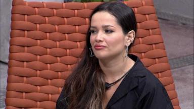 Juliette sentada durante conversa com Camilla de Lucas na área externa