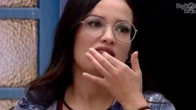 Juliette com o dedo no dente quebrado