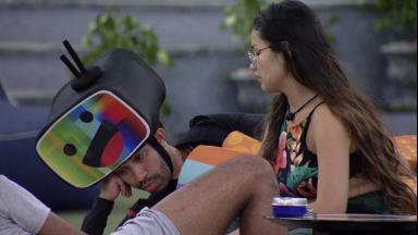 Juliette está conversando com Gilberto de fantasia do castigo do monstro na área externa do BBB21
