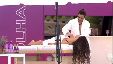 Na área externa, Fiuk faz massagem em Juliette