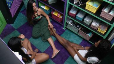 Juliette, Pocah e Camilla estão sentadas no chão da despensa do BBB21 conversando