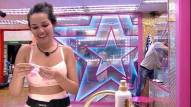 Juliette se maquiando na frente do espelho do BBB21