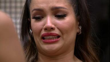 Imagem foca no rosto de Juliette chorando enquanto desabafa sobre momentos difíceis no BBB21