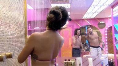 Juliette toma banho e Arthur e Fiuk mandam beijo para sister no BBB21