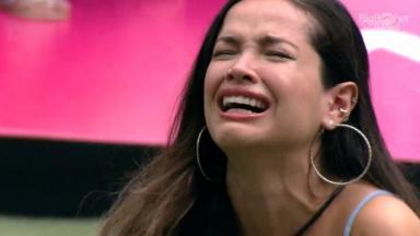No gramado, Juliette cai no choro no BBB21